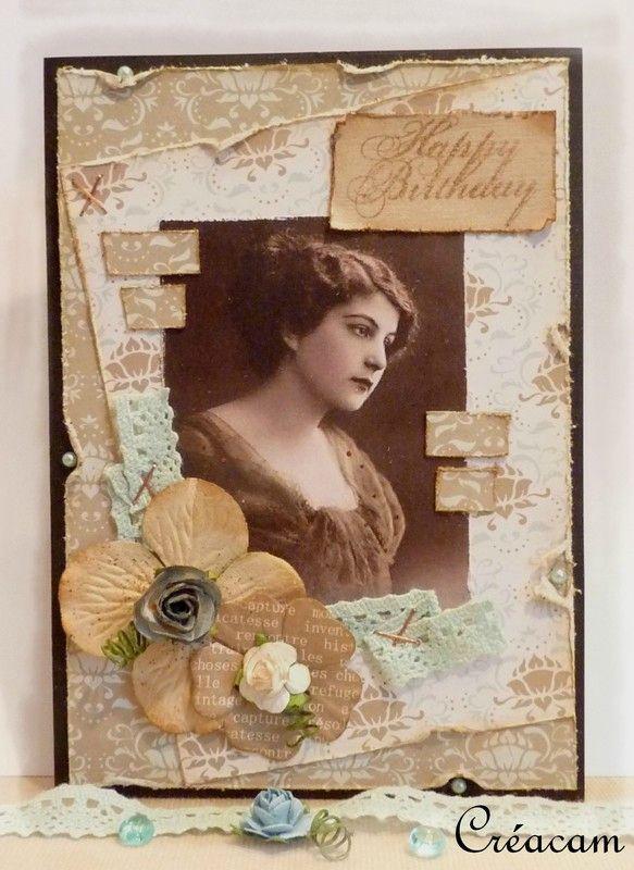 Carte ornée de ruban de dentelle plissé et agrafé, morceaux de papier vieillis à cheval sur la photo.