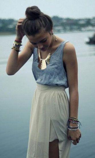 mix casual avec le t-shirt //chic avec collier or + jupe longue fluide beige (sexy avec ouverture) = 10/10