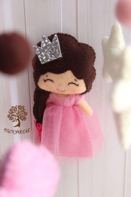 Купить или заказать Детский мобиль из фетра для детской кроватки 'Принцесса и ее друзья' в интернет-магазине на Ярмарке Мастеров. Мобиль из фетра для детской кроватки 'Принцесса и ее друзья' - яркий и насыщенный мобиль в серо-шоколадно-розовых тонах. Идеальное украшение кроватки маленькой девочки - здесь не только принцесса с настоящей короной, но и ее лучшие друзья - ослик, совенок, птичка и слоник. Игрушки для детского мобиля в кроватку 'Принцесса и ее друзья' сшиты ...