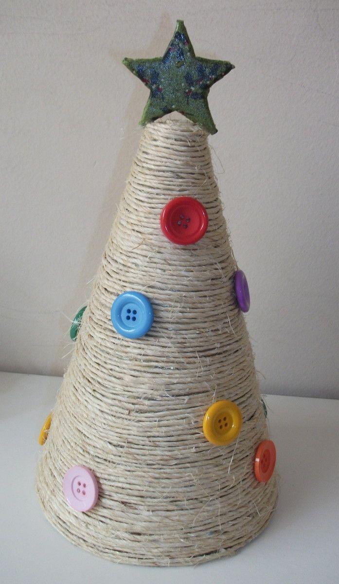Cone em metal coberta por cordão de sisal <br>Enfeitada com botões de massa coloridos <br>Estrela recoberta de tecido com tema natalino no topo <br>Altura: 30 cm <br>Diâmetro da base: 15 cm