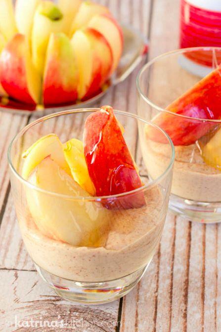 Dip de fruta alto en proteína con rodajas de manzana | 21 aperitivos sanos para cuando estés a dieta