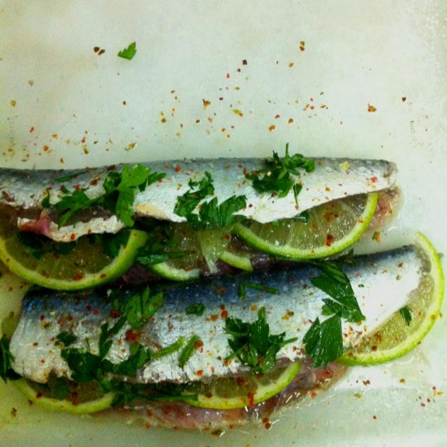 Sardines + lemons + parsley + salt + pepper. Through them in the oven. Enjoy!