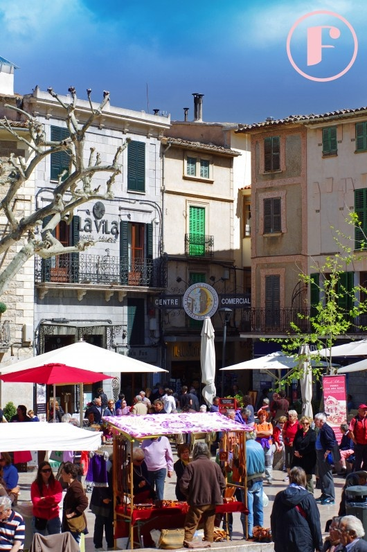 The outdoor market on a busy Saturday in la plaza, Soller
