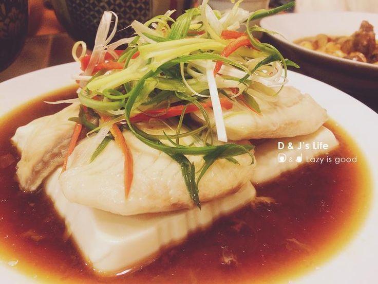 軟嫩的雞蛋豆腐,加上用清蒸蒸煮手法處理鯛魚,再配上蔥絲等幾樣簡單食材,嚐起來層次又清甜,是一道簡單又經典的家常料理喔!