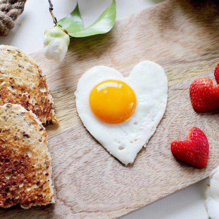 Her mit dem Eiweiß! Wer weniger Kohlenhydrate isst, um abzunehmen, bevorzugt proteinreiche Lebensmittel. Bleibt die Frage: Wieviel Eiweiß pro Tag sollte man essen...