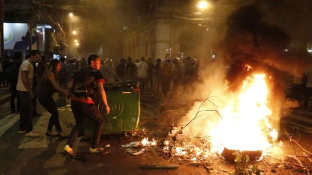 Demonstrators in Paraguay have set fire to the country's parliament during violent protests against a bill that would lift presidential term limits. One activist was killed by a blow to the head which the opposition blamed on a rubber bullet fired by police. Under the 1992 constitution, introduced after the dictatorship, a head of state … Continue reading Paraguay congress set on fire as election protests turn deadly →