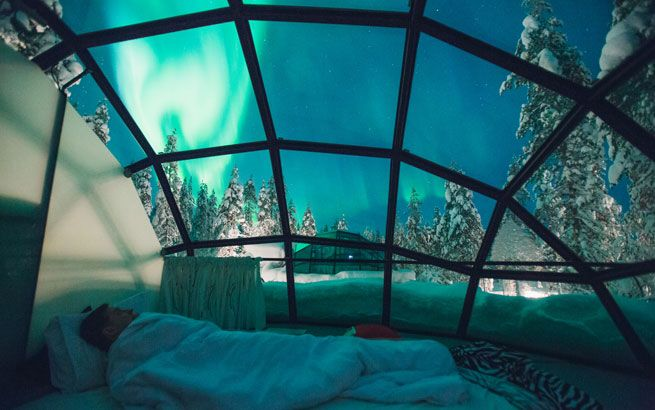Polarlichter vom Bett des Iglus aus beobachten, Den richtige Koffer für die Reise findet ihr hier: https://www.profibag.de/reisegepaeck/ Foto: Kakslauttanen Arctic Resort, Valtteri Hirvonen