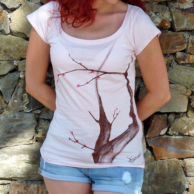 """Para poder encontrar el equilibrio entre dibujo y """"lienzo"""" decidimos en utilizar sólo colores pastel. Y pensamos en lo clásico, rosa pálido y azul cielo. #camisetas #tshirts www.artaliquam.com"""