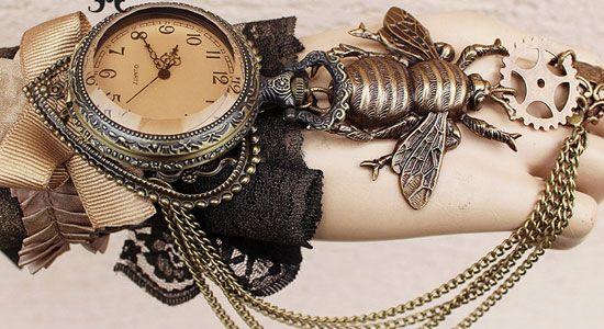 ポーランド在住のアーティスト、クセニヤ・ミハイロヴァ(Ksenia Mikhaylova)さんのestyショップ「pinkabsinthe」では、スチームパンク、ゴシック、ロマンチックを主なスタイルにするアクセサリーやジュエリー作品が多く販売されています。 歯車、虫、髑髏、貝、猫などをモチーフしにした時計や指輪、ブレスレット、ピアスなどが作られており、スチームパンク、ゴシックファンなら誰しも頷けるクオリティの高さなのではないでしょうか。 素材は真鍮メッキ、銀など。価格も2,000円から10,000円程度の作品が多く、ポーランドから世界中に発送しています。受注してから制作する作品もあるようなので、到着するまでに時間はかかりそうですが、気になった方は是非!!! pinkabsinthe        ©Pinkabsinthe  ©Pinkabsinthe  ©Pinkabsinthe  ©Pinkabsinthe