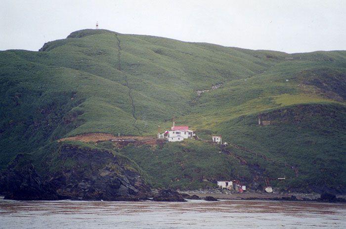 Estación meteorológica en la Isla Gonzalo, con faro visible en la cima de la isla. Archipielago Islas Dieego Ramirez. CHILE. Cabo de Hornos. XII Región de Magallanes y Antártica Chilena.
