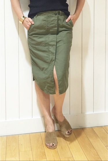 コットンサテン Vintage ミリタリースカート  コットンサテン Vintage ミリタリースカート 20520 ミリタリーシャツをリメイクしたようなデザインがポイントのタイトスカート フロントのシャツのカッティングがコンパクトなトップスと相性の良いデザイン カジュアルさを併せ持ったタイトスカートは夏のスタイリングをブラッシュアップしてくれる1着です 取り扱いについては商品についている洗濯表示にてご確認下さい 店頭及び屋外での撮影画像は光の当たり具合で色味が違って見える場合があります 商品の色味はスタジオ撮影の画像をご参照下さい カーキ着用スタッフ身長:164cm 着用サイズ36 モデルサイズ:身長:165cm バスト:73cm ウェスト:58cm ヒップ:85cm 着用サイズ:36