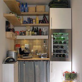 Se avete la fortuna di avere un angolo o un piccolo ripostiglio da adibire a dispensa questa è una buona soluzione: una colonna per frigorifero e armadietti e tante mensole ad angolo per sfruttare tu
