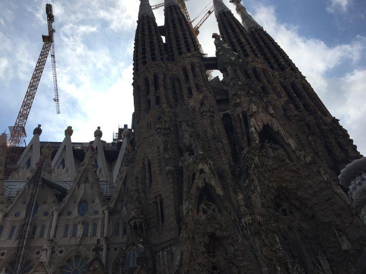 Dit is een foto van Sagrada Familia, dit vind ik een heel mooi gebouw. Het is anders dan andere kerken, daarom spreekt het mij aan. Verder vind ik de Eiffeltoren in Parijs, en het Jezus beeld in Brazilië heel bijzonder. Het geeft een vorm van cultuur weer.