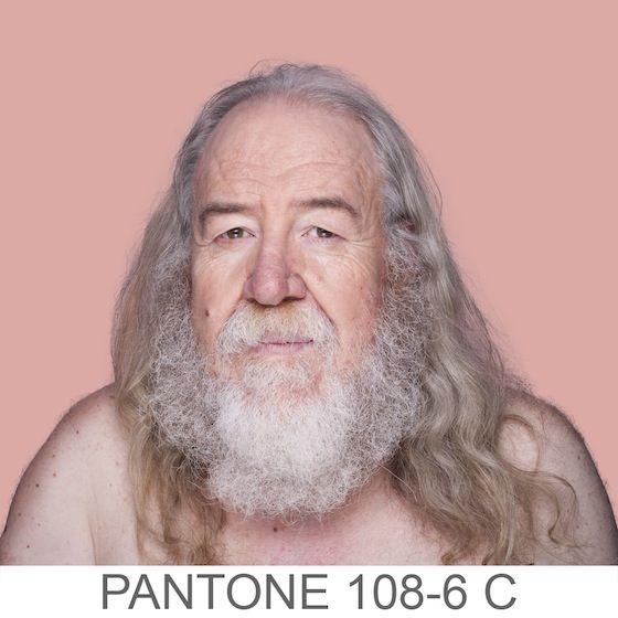 Una serie di primissimi piani il cui sfondo è in tinta con l'esatta tonalità Pantone ®del viso del modello, il colore è stato estratto da un campione di 11×11 pixel del ritratto di ogni volto.