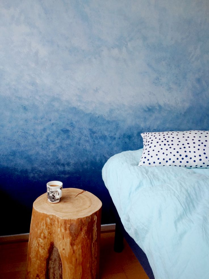 It changes color due the day according to time of the day and light. #diy #ombrewall #bedroom #kalklitir #treestumptable #treestump #nightstand #marimekko #wall  #cobalto #concrete #blue #liukuväriseinä