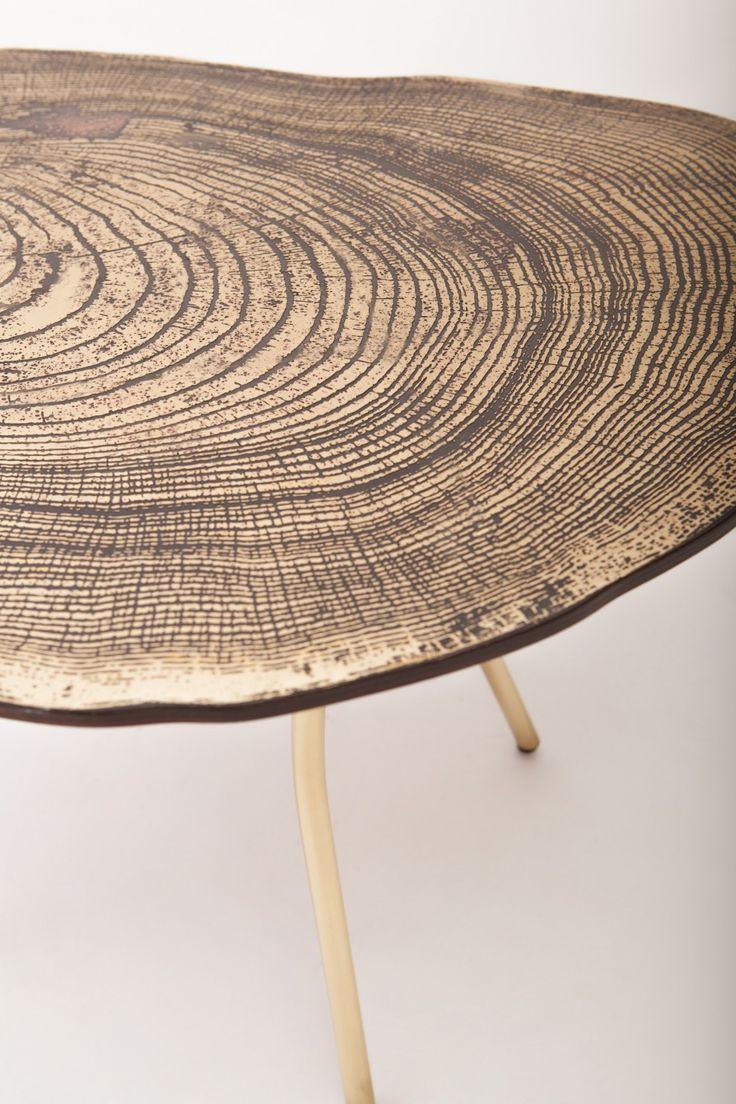 Lean Coffee Table / Sharon Sides - L'origine du projet s'engage avec le passage des figures naturelles et une conception par l'intermédiaire de la technologie. Les modèles les souches de sont scannés puis gravés sur du laiton. La conception de chaque meuble est victime de la forme originale du tronc de l'arbre, par conséquent, chaque meuble a son propre caractère unique.