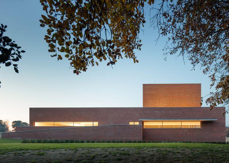 Álvaro Siza completes boxy red brick theatre near Barcelona