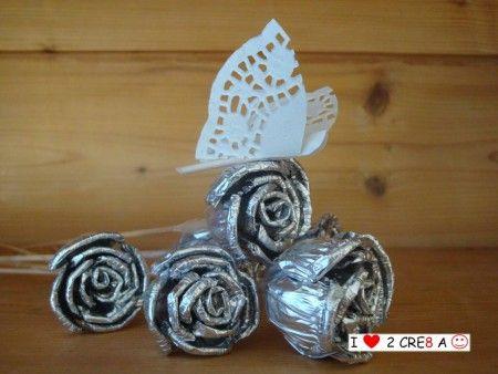 roosjes van aluminium en hout, vlinder van papier
