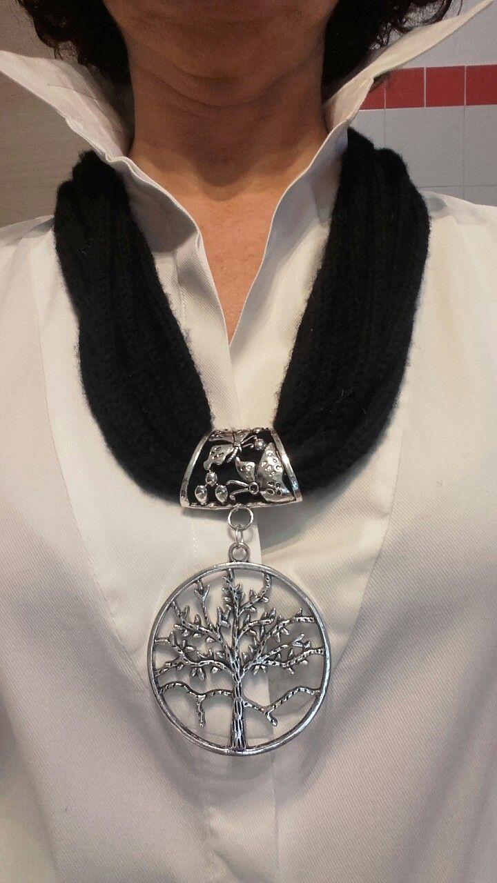 Collana in lana merino con pendaglio in alluminio
