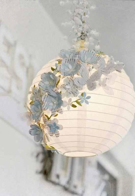 Lanterne blanche avec des fleurs en papier