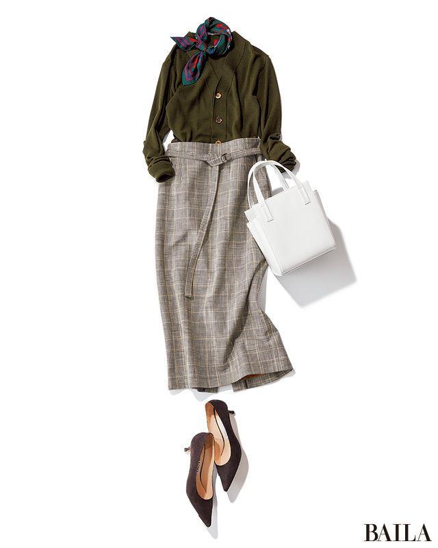 この秋いちばんの注目柄は、グレンチェック! そんな柄を大人っぽく着こなしたいなら、タイトなスカートを。Vネックの濃いグリーンのカーデを合わせれば、シックかつ上品な雰囲気で一気にこなれたムードに。きちんと感もトレンド感もあるこんなコーデなら、おしゃれに厳しい女性の上司にも評判上々。・・・
