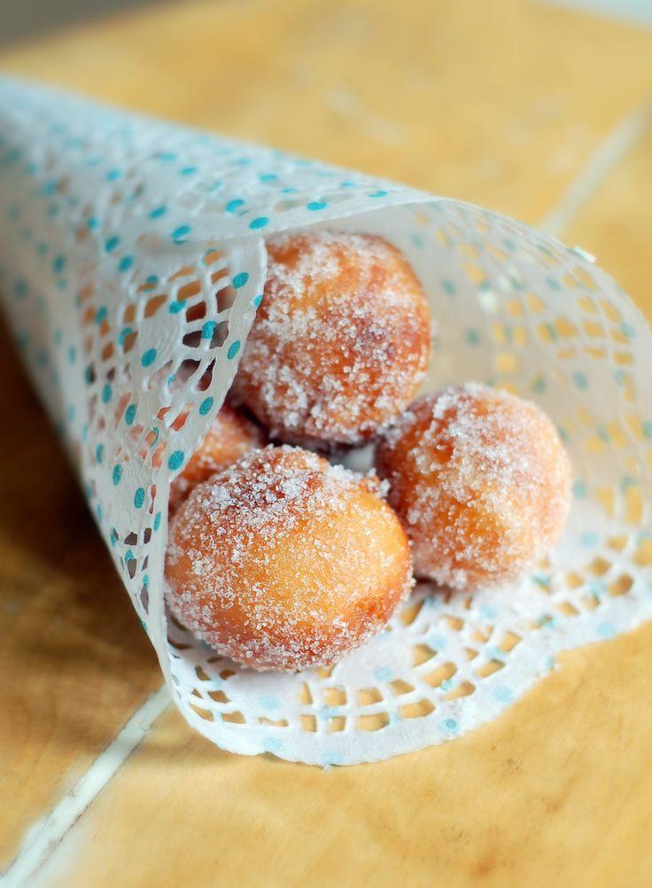"""Rullade små minimunkar, eller """"doughnut holes"""" (från degen som blir över när man gör hål i mitten av munkarna!) som de ibland kallas i USA, är något av det bästa som kan serveras ur en strut. Och det vill inte säga lite. Bara doften av nygräddade tivolimunkar kan göra mig så lycklig att ja"""