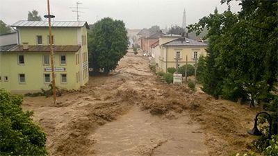 Wetternews: Zehn Tage lang täglich Unwetter - Außergewöhnliche Wetterlage - WetterOnline Flutwelle in Simbach: Der Ort in Oberbayern am Inn wurde komplett überflutet. Bild: dpa