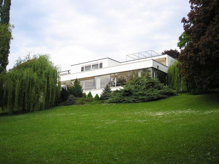 Villa Tugendhat In een residentiële buitenwijk van de Tsjechische stad Brno: Villa Tugendhat, een icoon van de Internationale Stijl, ontworpen door de Duitse ster van het modernisme, Ludwig Mies van der Rohe, in 1927 en opgeleverd in 1930. Een totaalproject