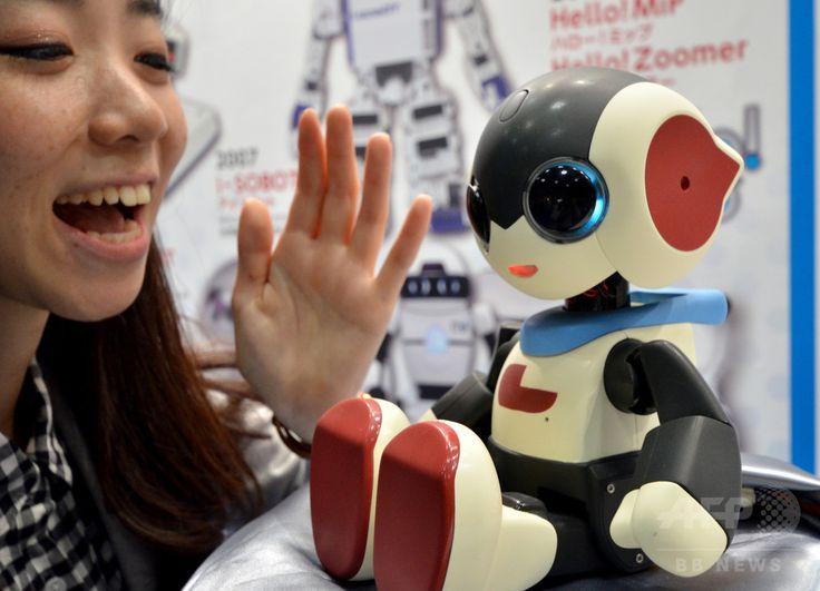 東京・有明の東京ビッグサイト(Tokyo Big Sight)で開催されているロボットの展示会「Japan Robot Week」で披露された、玩具メーカーのタカラトミー(Tomy)社製のおしゃべりロボット「ロビジュニア(Robi jr.)」。約1000のフレーズやジェスチャーを駆使して会話できるロビジュニアは来年発売予定(2014年10月15日撮影)。(c)AFP/Yoshikazu TSUNO ▼16Oct2014AFP|介護・医療用など、サービスロボット集結 東京で展示会 http://www.afpbb.com/articles/-/3029087 #Japan_Robot_Week_2014 ◆Japan Robot Week 2014 http://www.nikkan.co.jp/eve/s-robot/