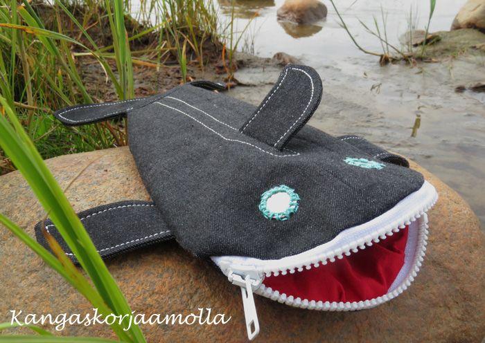 Haipenaali kaavat ja ohjeet  Shark pencil case https://kangaskorjaamolla.blogspot.fi/2017/08/haipenaali-ohjeet-ja-kaavat.html