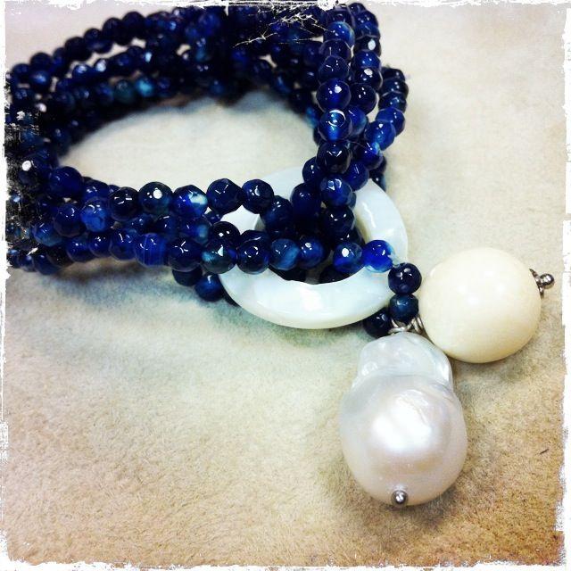 Bracciale con agata blu, su base di elastico, perla fiume e sfera in osso, anello in madreperla