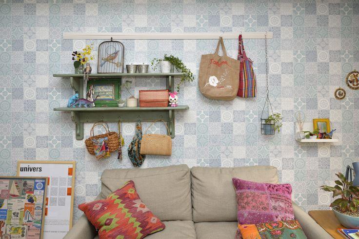 爽やかな壁紙に棚を取り付け、うまく「見せる収納」をしているカスタマイズ例
