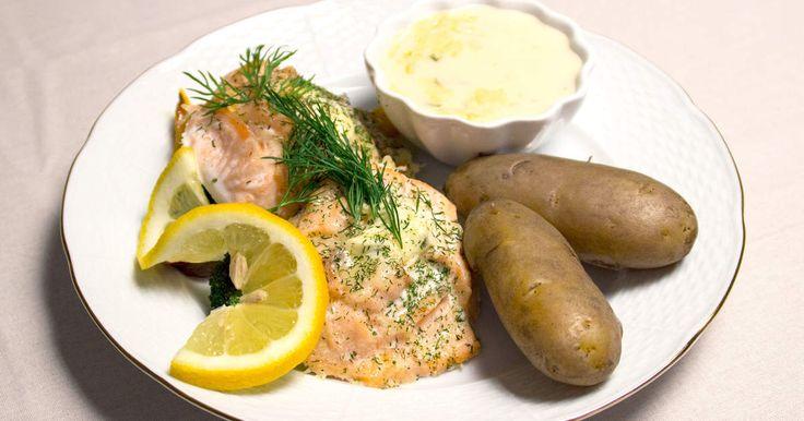 Vackra laxrosor bakade i ugn med Västerbottensost, serveras med mandelpotatis, stekta grönsaker och vitvinssås.