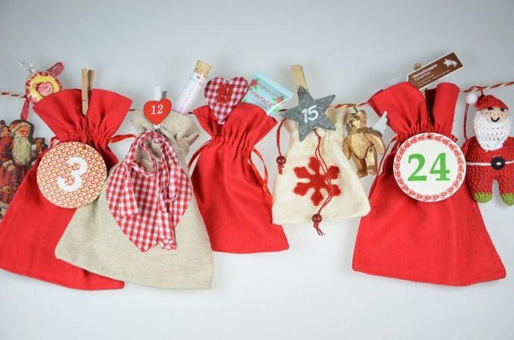 calendario hecho por bolsas de tela roja