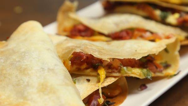 Receta con instrucciones en video: ¡Fajitas deliciosas!  Ingredientes: 6 tortillas de trigo, 4 chorizos de cerdo, 200 gr. de queso dambo, 1 cebolla morada, 1 morron verde, 1 tomate, Cilantro, Sal, Pimienta, 200 gr. de queso cheddar