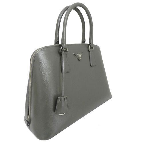 ¡Lo tenemos en Look and Stop! PRADA Saffiano Vernice en gris ¡No puede ser más bonito!
