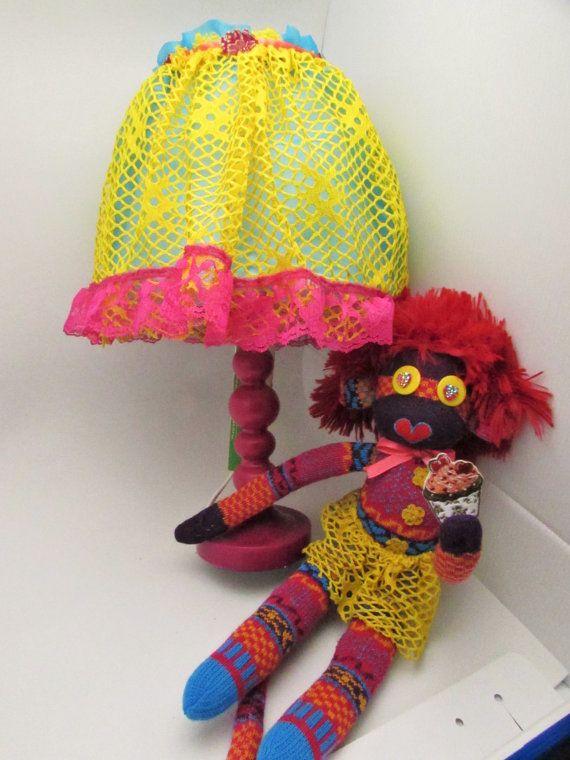 Лил Красный носок обезьяна девушка и соответствующие лампы. Причудливые удовольствие для вашей детской комнаты.