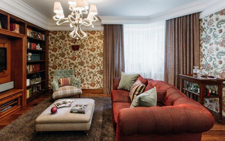 <p>Автор проекта: Оксана Якунина</p> <p>Цветочные обои, мягкая мебель, коричнево-бордовая палитра и классическая люстра под потолком - этот интерьер небольшой гостиной имеет все приметы классического стиля, причем с английским акцентом.  </p>
