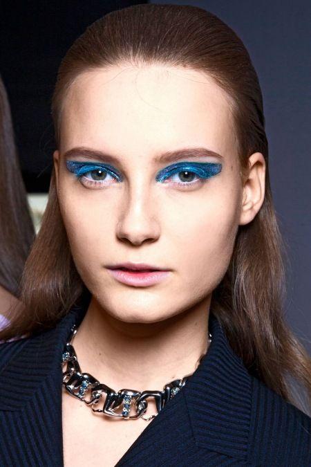 2014 Sonbahar Güzellik Trendi: Mavi Gözlü Kızlar - Moda defilelerinden ve kırmızı halılı ödül törenlerinden çivit mavisi, lacivert, kobalt ve bebek mavisi tonlarının hakim olduğu grafik eyeliner ve dumanlı gölgeleme ile 2014 sonbaharının makyaj trendi.  Christian Dior Sonbahar defilesi 2014 Boylalı şerit üzerinde mavi parıltılı katman