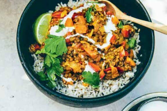 Dankzij de aardse komijn/kaneel, geurige limoen/koriander en pikante pepertjes past deze chilisaus perfect bij de zoete flespompoen en stevige linzen.