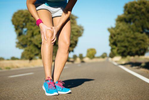 Vanaf het bekken tot aan de zijkant van je knee loopt een pees. Met een moeilijk woord: tractus iliotibialis. De pees zorgt ervoor dat je met je knie soepel kan rekken en strekken. Bij deze bewegingen glijdt de peesplaat over het uitstekende botpuntje aan de buitenkant van je knie. Vetweefsel tussen de pees en het bot voorkomt dat er wrijving ontstaat en de boel gaat schuren.