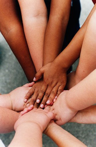 Kinderen zien al verschillen tussen mensen op basis van huidskleur van zodra ze ongeveer 3 maanden oud zijn (Katz & Kofkin, 1997; Kelly et al., 2005). Jonge kleuters gaan l…