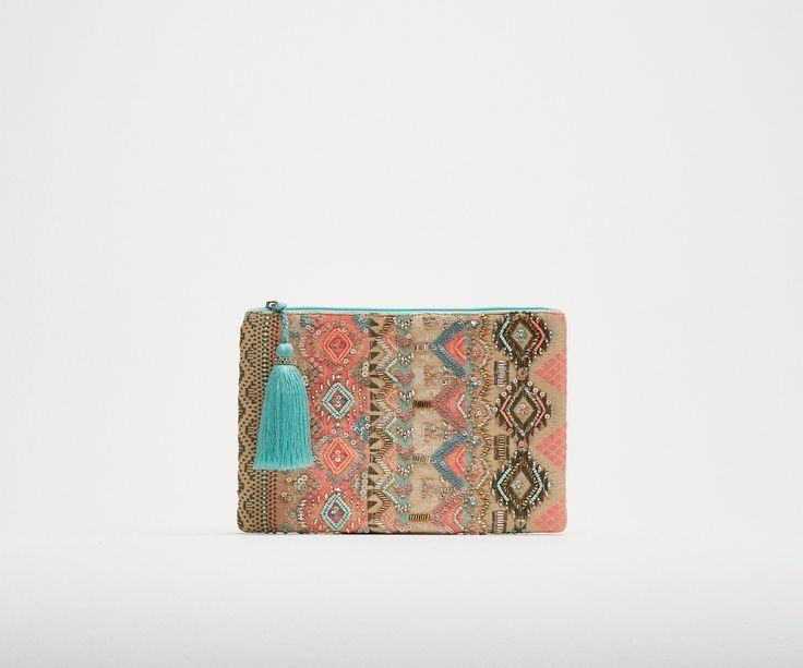 Cartera tejido multicolor  Cartera con detalles de pedrería y  bordado  Cierre de cremallera con pompón   Ref. 059011012115   8,99€