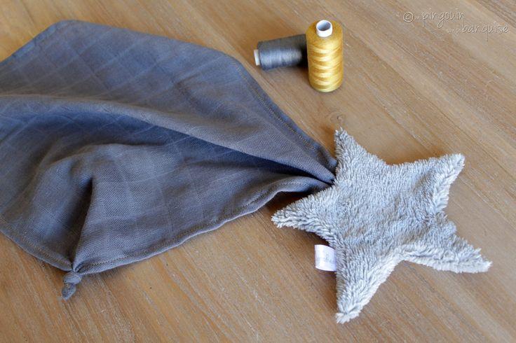 Doudou Etoile Filante - Etoile en Teddy gris clair et Liberty mitsi gris-moutarde - Lange gris - un Pingouin sur la Banquise