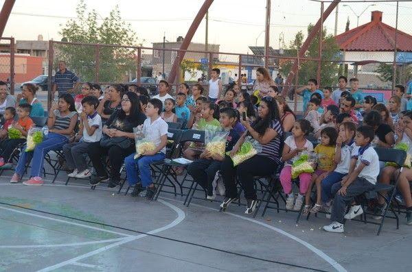 Chihuahua, Chih.- Decenas de familias, residentes de la colonia Riberas de Sacramento, disfrutaron este jueves de una función de teatro gratuita