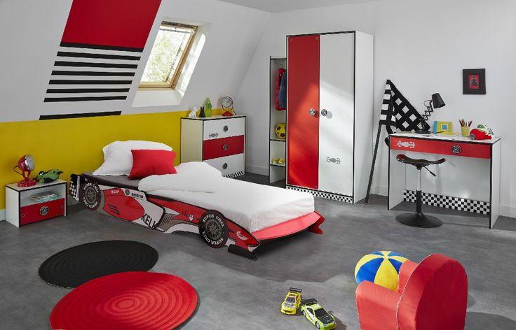 Chambre Rally Voiture de course - Pour les futurs pilotes, une chambre complète comprenant un lit voiture, un chevet, une commode, une armoire et un bureau. #DécoChambre #InspirationChambre #ChambreGarçon