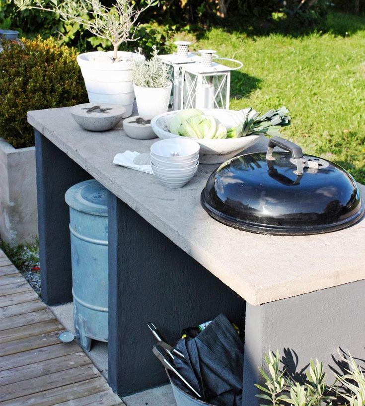 Det ska vara enkelt att laga mat utomhus. En praktisk och stabil grillbänk med hål i bänkskivan för klotgrillen underlättar middagsbestyren. Så här gjuter du din egen i sommar.
