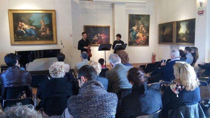 """Concerto 19 Aprile: """"Two Violins"""" con musiche di Vivaldi e Irish Folk. Sala del Francia - Ca' la Ghironda ModernArtMuseum."""