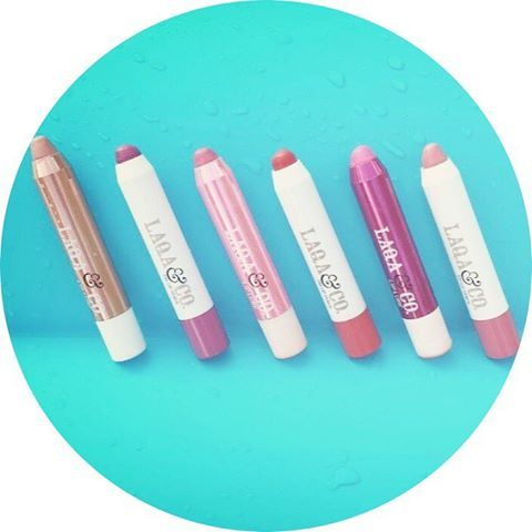"""💄 Les rouges à lèvres """"crayons"""" de LAQA&CO 💄 ✏️ Rouges à lèvres originaux ✏️ 2 en 1 : s'appliquent également sur les joues pour illuminer le visage ✏️ Texture : fondante et crémeuse ✏️ Sensation agréable lors de l'application ✏️ Peuvent servir en tant que : baume, rouge à lèvres & gloss ! ✏️ Des couleurs funky 🎨 🖥 Retrouvez notre gamme de rouges à lèvres LAQA&CO sur www.lanaika.com 😍"""