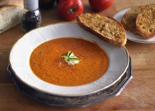Žádná břečka z jídelny základní školy, ale výborná hustá rajčatová polévka.   Veganotic